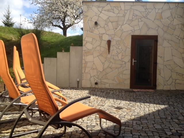 Neue Sonnenliegen im Saunaaußenbereich